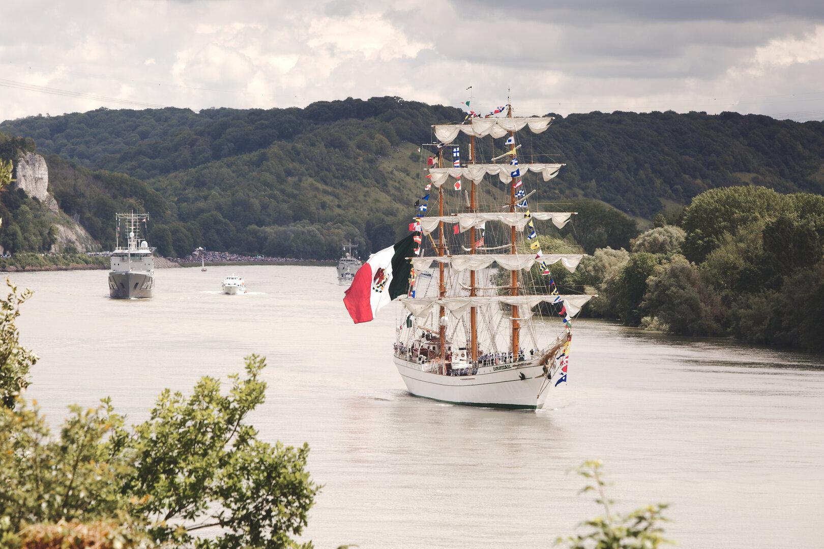 Un grand voilier descend la Seine lors de l'armada de Rouen 2019