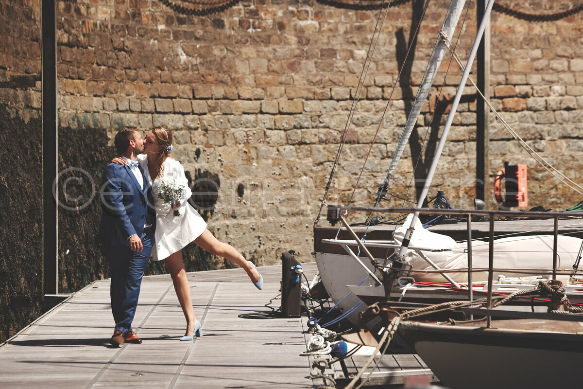 les mariés sur le ponton des vieux voiliers dans le port de Cherbourg