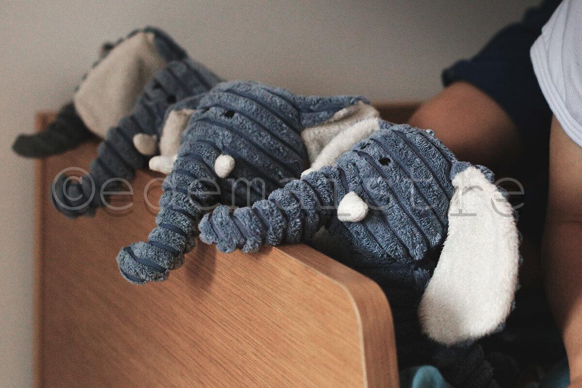 la parade des doudous sur le rebord du lit