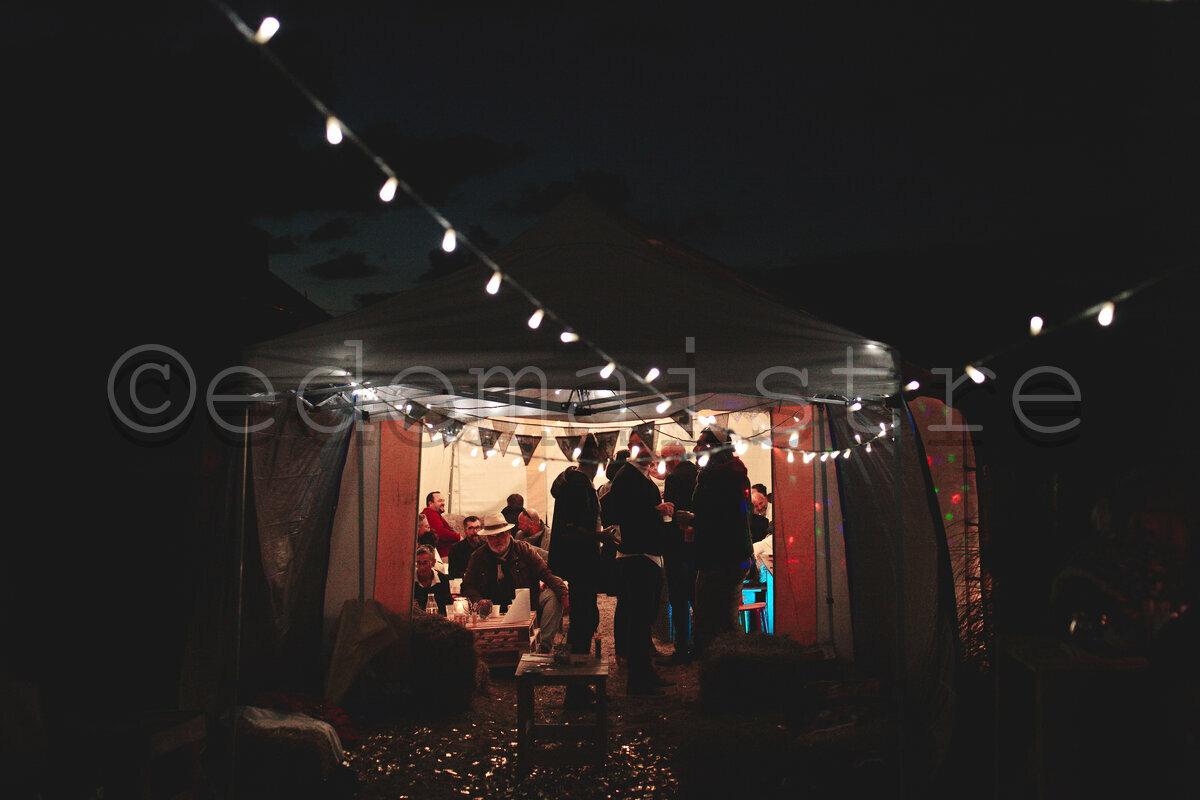 soirée sous la tente dans le jardin