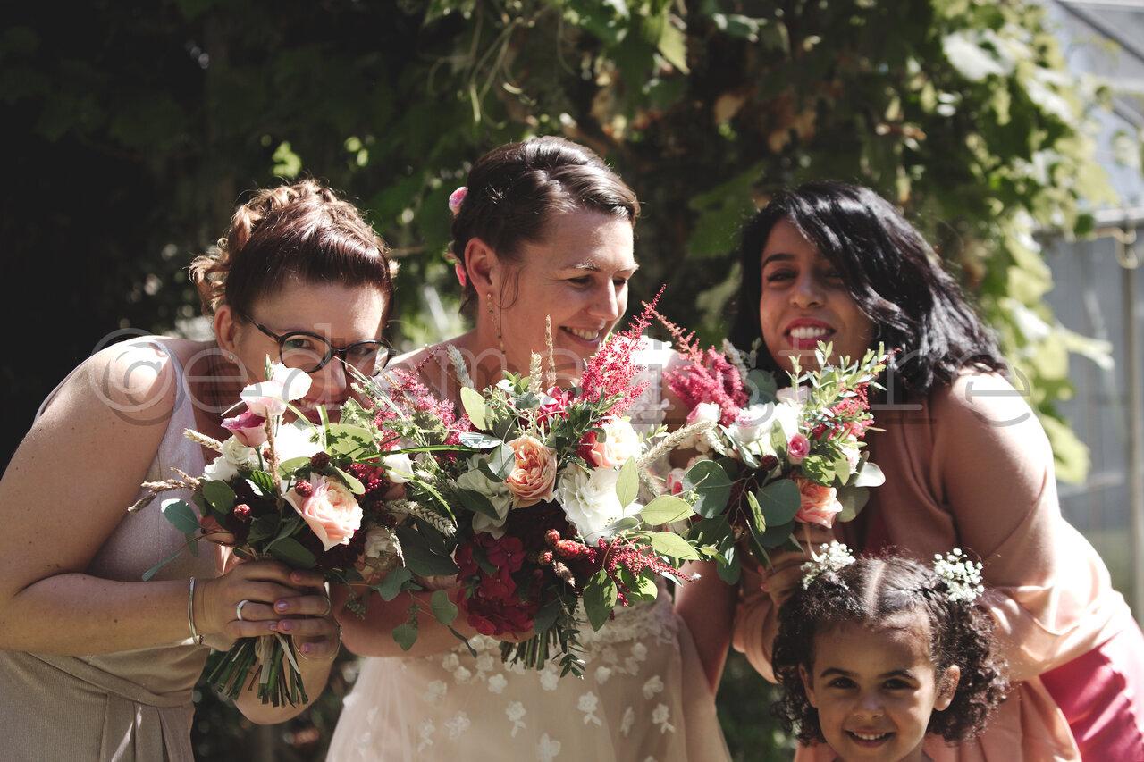 les bouquets de la mariée et des demoiselles d'honneur